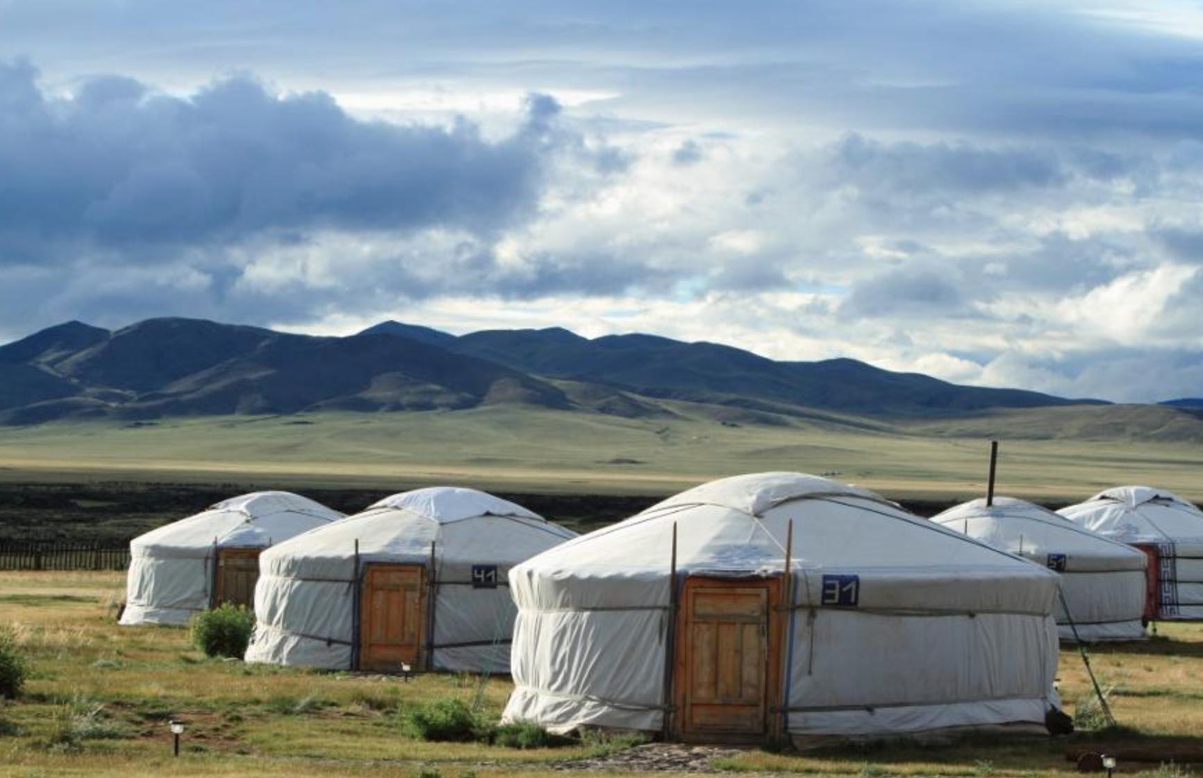 yourte dans la steppe mongole sous un ciel envoutant